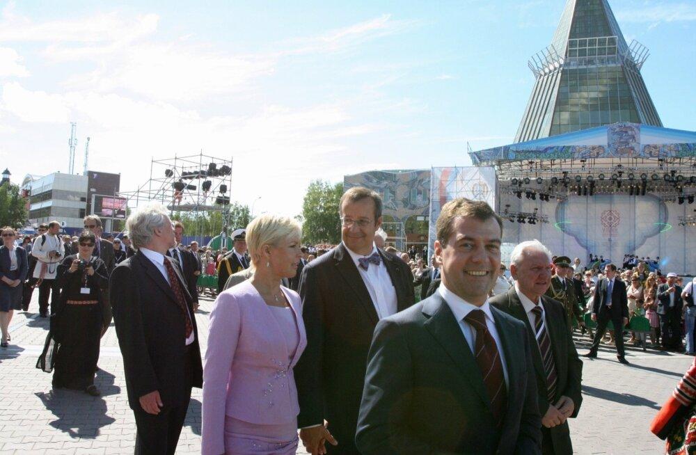 Evelin ja Toomas Hendrik Ilves Hantõ-Mansiiskis. Nende ees Dmitri Medvedev