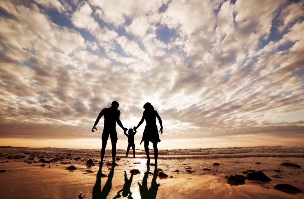 Mees ja naine inimese seljataga - oma vanemate vastuvõtmine