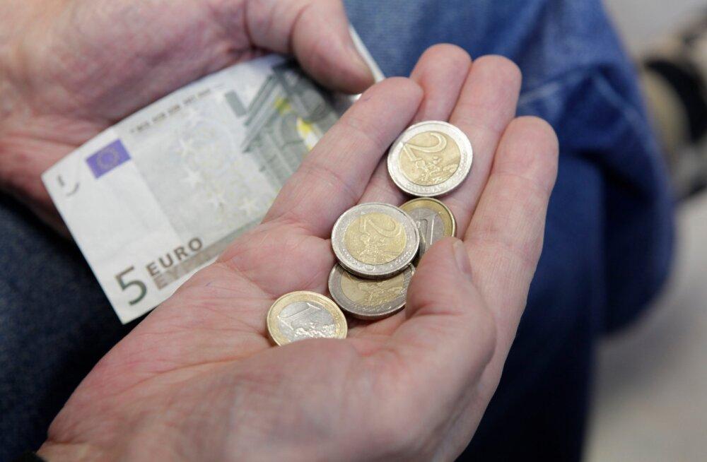 Читатель: если работающий пенсионер попадает под сокращение, получает ли он пособие от Кассы по безработице?