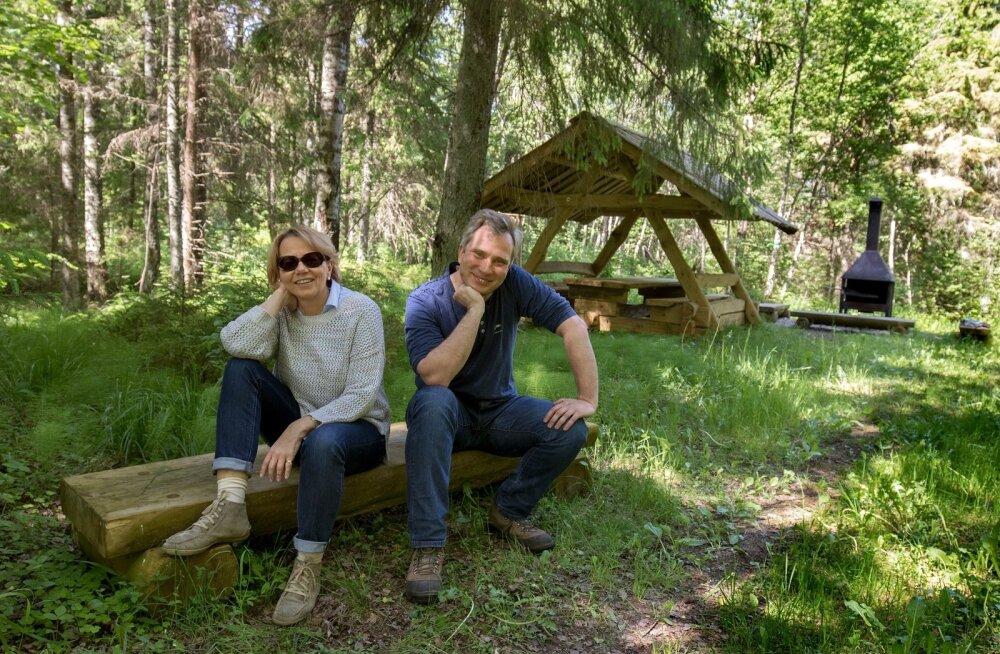 Marge Rammo ja Andre Kaur rõõmustavad, et varsti valmib RMK matkatee kolmas haru. Siis saab Eesti risti ja põiki läbi matkata.