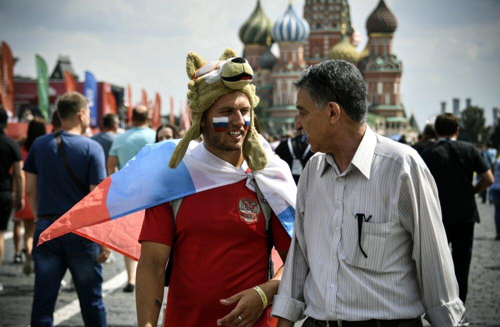 Venemaa jalgpallifännid Moskvas turistidega rääkimas.