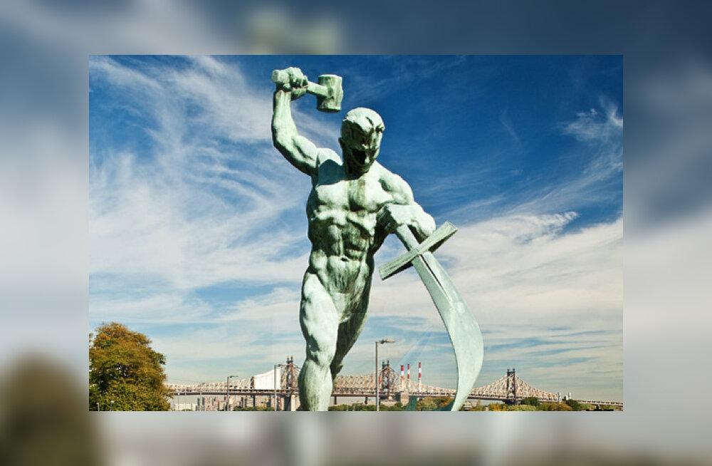 """В США открыли копию скульптуры """"Перекуем мечи на орала"""" в честь годовщины визита Хрущева"""