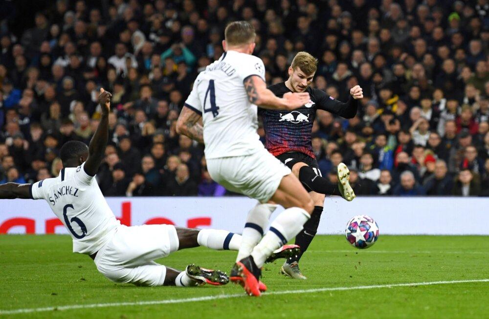 Timo Werner (paremal) Tottenhami väravat ründamas.