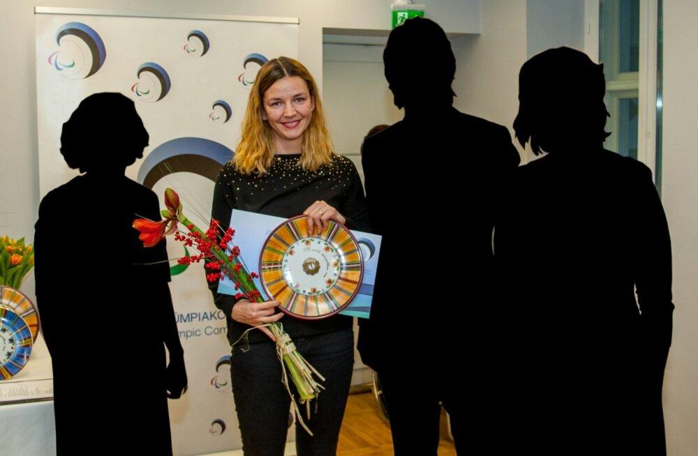 Poliitikute (tumedad kujud) paraad või sportlase austamine? Aasta sportlane Marja-Liisa Landar on jäänud selgesse vähemusse.
