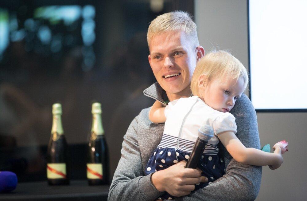Ott Tänak ja Martin Järveoja said lennujaama VIP-ruumis piduliku vastuvõtu osalisteks