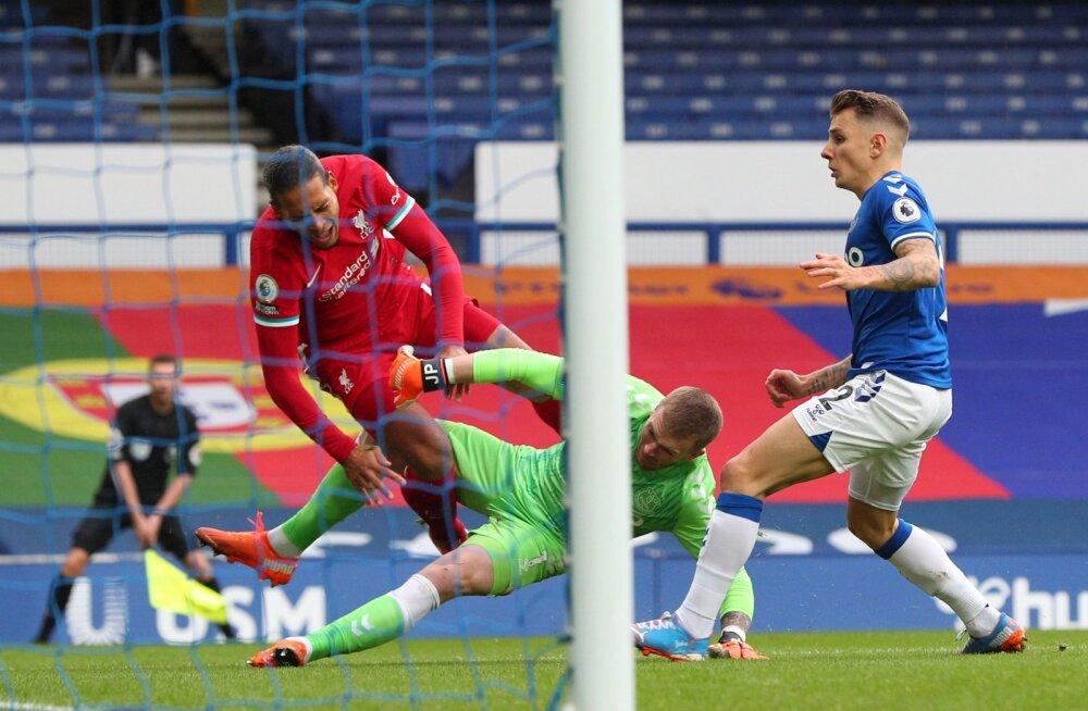 Evertoni väravavaht Jordan Pickford ja Virgil van Dijk