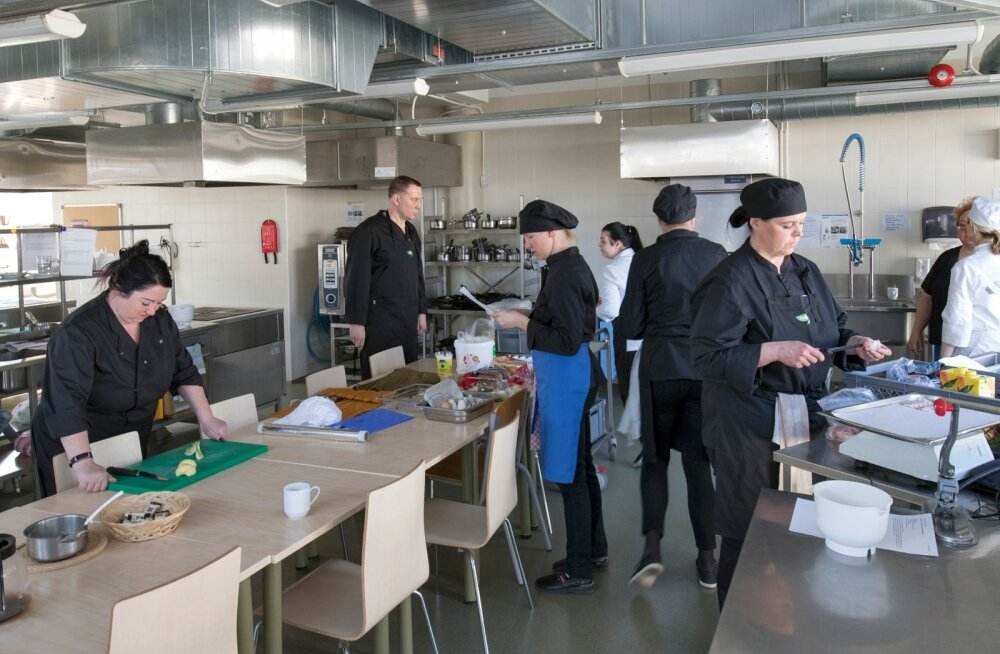 Tallinna Teeninduskoolis käis kolmapäeva hommikul töötukassa toel abikokkade õpe, kus osalemiseks saab toetust mitmest programmist.
