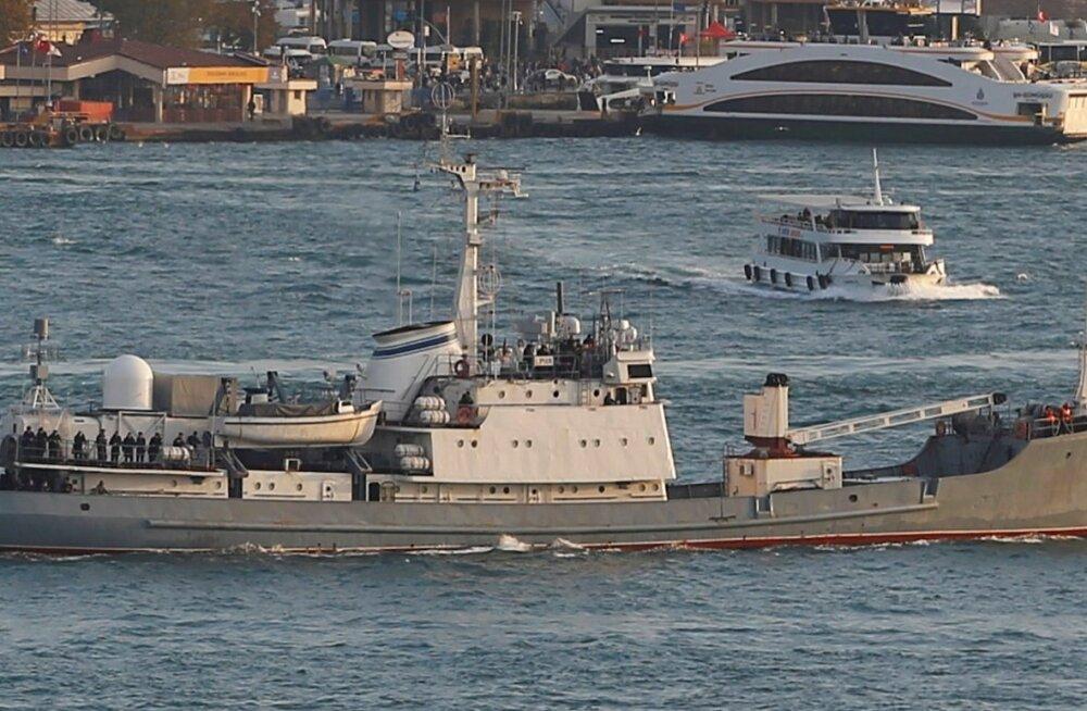 Vene mereväe luurelaev läks Mustal merel pärast kokkupõrget põhja, meeskond evakueeriti