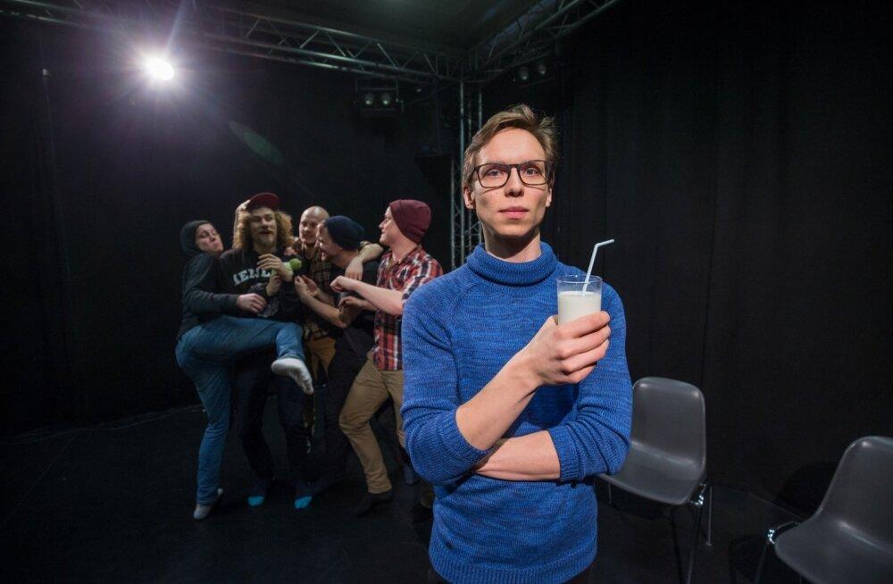 """""""Kellavägiga apelsini"""" proovis on lavastaja Ringo Ramul, TÜVKA 11. lennu teatritudengid ja klaas piima."""