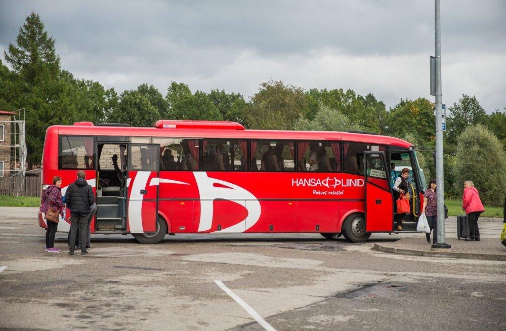 Hansa Liinide Viljandi–Valmiera buss on peaaegu Läti rahvusvärvide jumega.