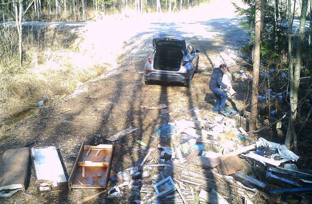 FOTOD | Narva-Jõesuus otsitakse metsaprügistajat