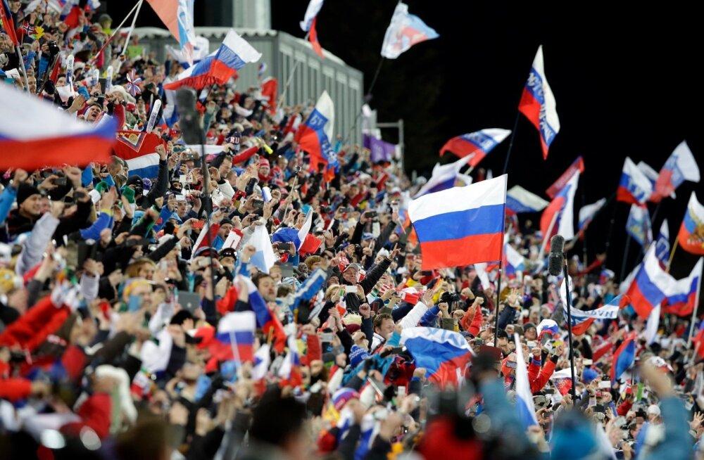 Venelastest fännid laskesuusatamise võistlusel.