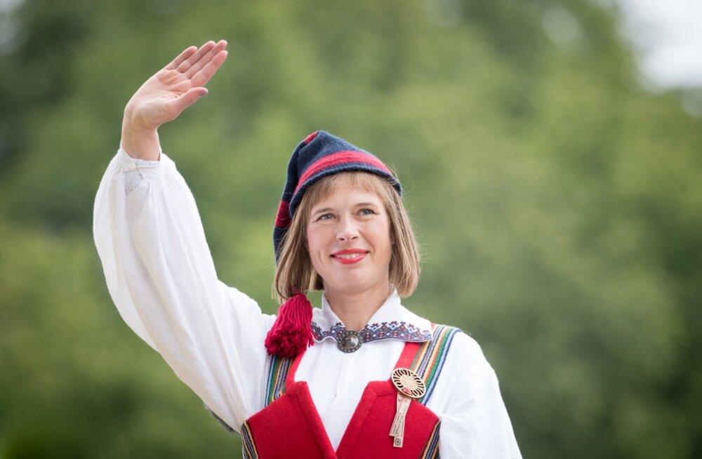 VAATA   Kersti Kaljulaid jagas videot Presidendi Kantselei roosiaias askeldavatest mesilastest