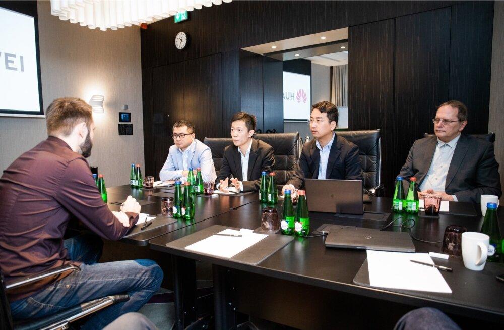 Huawei esindajad. Paremalt teine: Huawei Kesk- ja Ida-Euroopa ning Põhjamaade kommunikatsioonijuht Xu Xiaobo. Paremalt kolmas: Huawei Baltimaade juht Ricky Chen