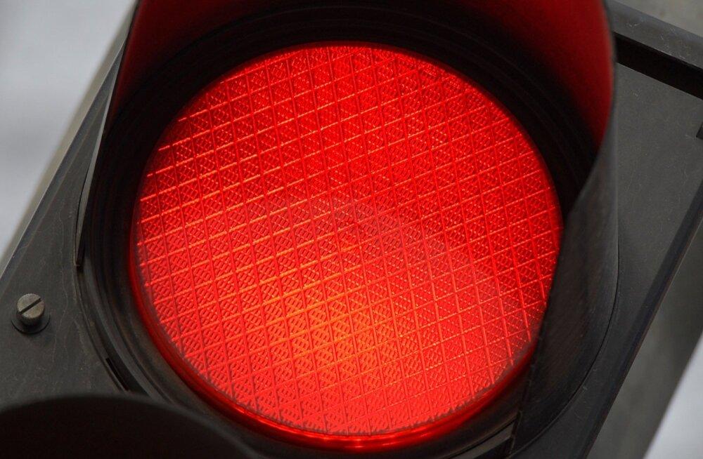 Lasnamäel jäi auto alla noor naine, kes ületas teed punase tule ajal