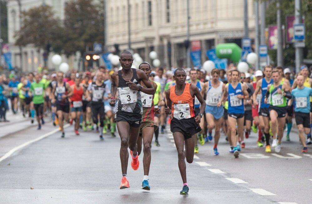 Keenia jooksjad läksid kohe stardist oma teed.