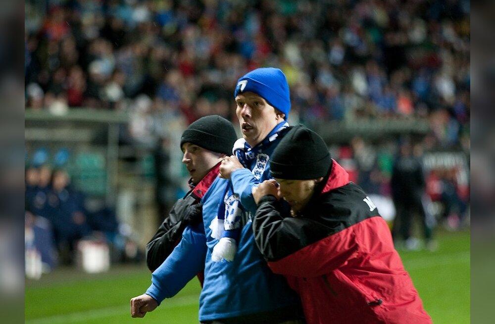 Eesti-Itaalia jalgpall, väljakule jooksnud fänn