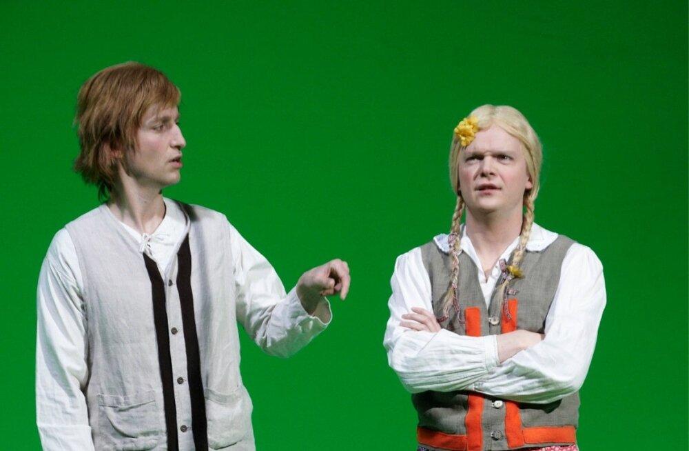 Õiget eestlast on püüdnud leida ka Märt Avandi ja Ott Sepp. Fotol on nad ennast otsimas Eesti filmi 100. juubelil.