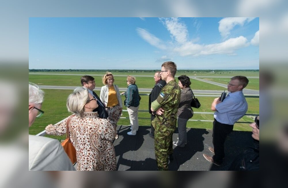 Riigikogu riigikaitsekomisjon tutvus Ämaris liitlaste sõjalennukitega