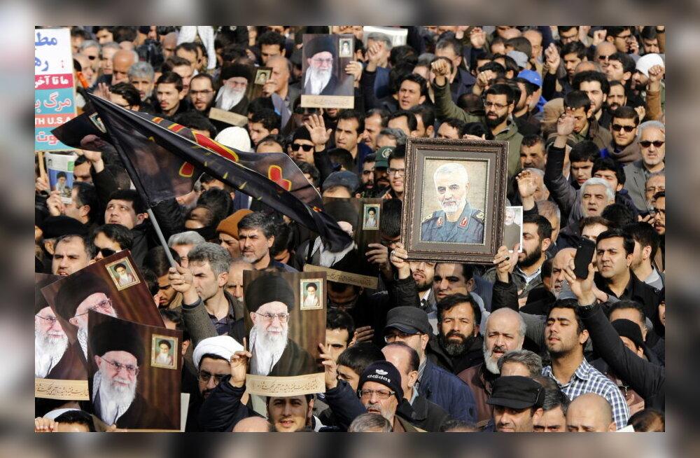 Тысячи людей вышли на улицу проститься с иранским генералом Сулеймани