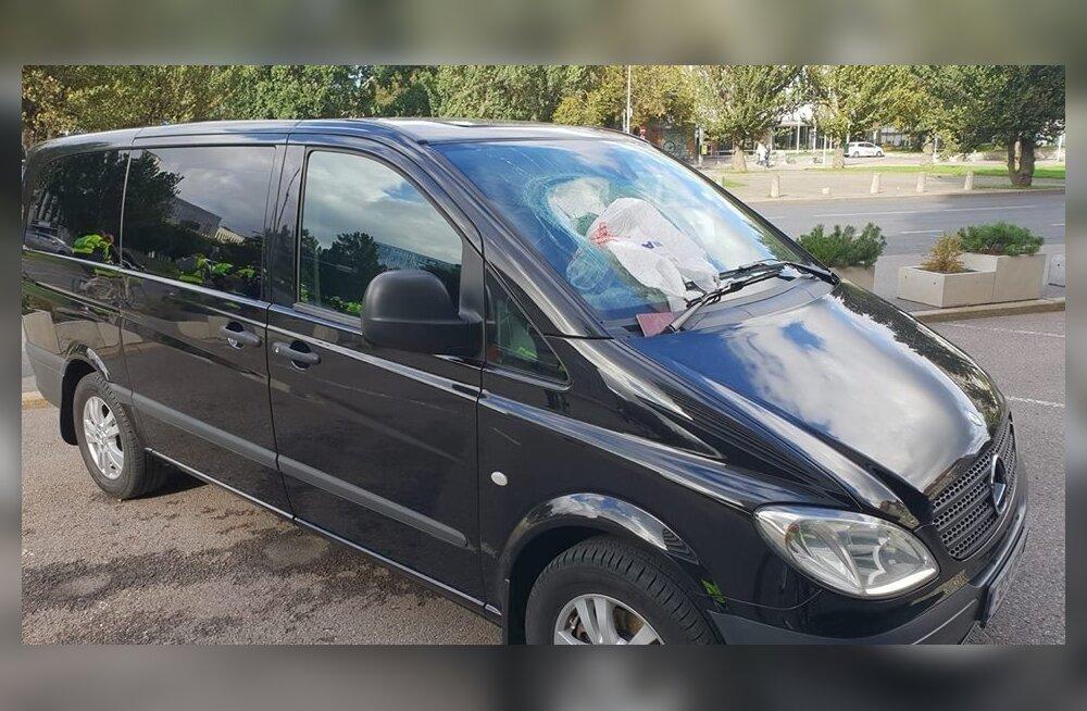 ФОТО: Акция протеста? У здания МИД вандал разбил лобовое стекло автомобиля и оставил там паспорт