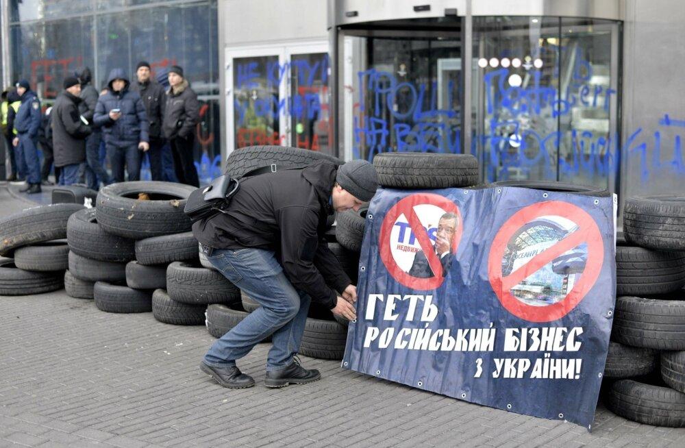 VIDEO | Ukraina rahvuslased hõivasid Kiievis Vene omanikule kuuluva kaubanduskeskuse