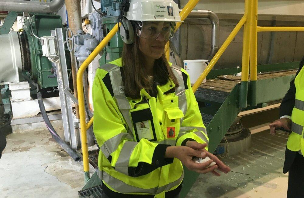 Metsä Fibre'i tehase juht Camilla Wikström hoiab käes valgendatud ja pestud tselluloosi, mida kuivatatakse suurtes mahutites.