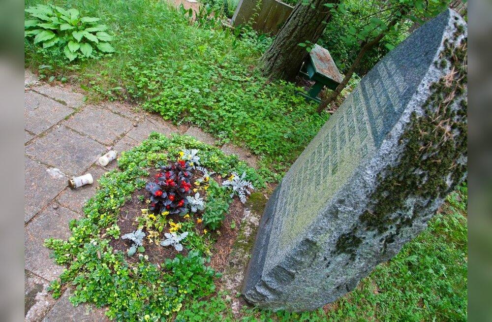 ФОТО: В память о погибших работниках таксопарка на кладбище Пярнамяэ установлен камень