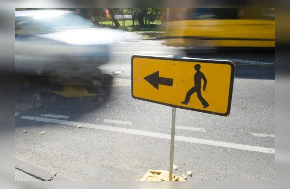 Haapsalus jäid jalakäijad kahel korral tagurdava auto alla