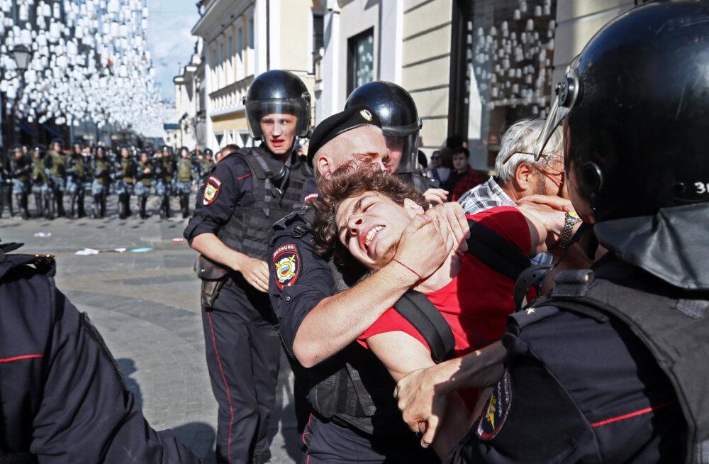 ФОТО и ВИДЕО: Более 1000 задержанных на митинге. Москвичи бьются с ОМОНом за честные выборы