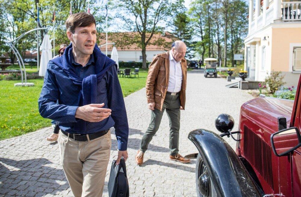Rahandusminister Martin Helme (vasakul) eelarvestrateegia arutelul Vihula mõisas