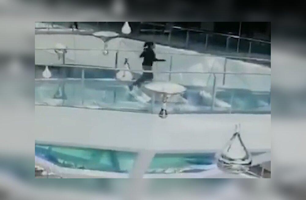 VIDEO | Õudne! Naine libastub haibasseini toitmise ajal, kuid pääseb imekombel