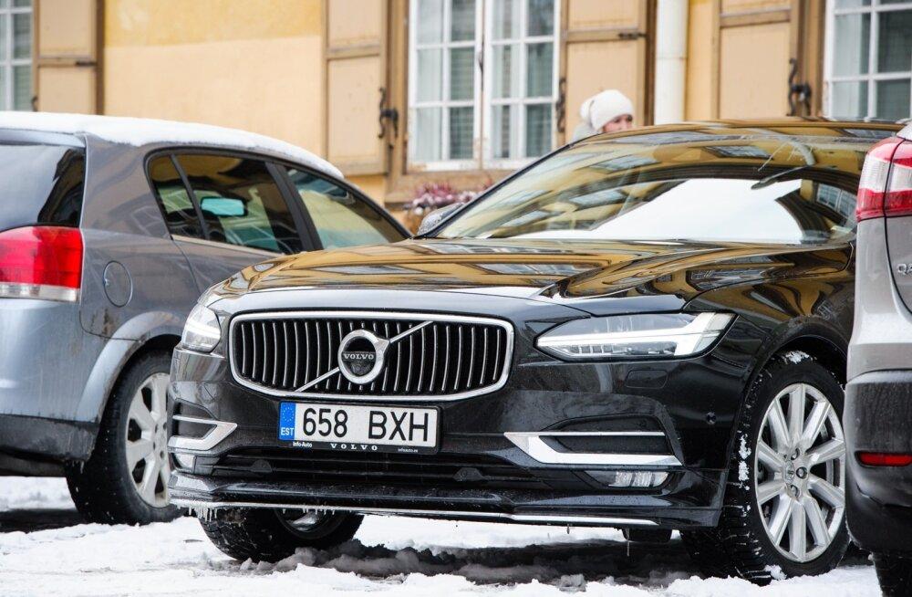 Linnapea Taavi Aas saabus Linnateatri uue hoone ja hooviala arhitektuurilahenduse väljakuulutamisele uue Volvoga