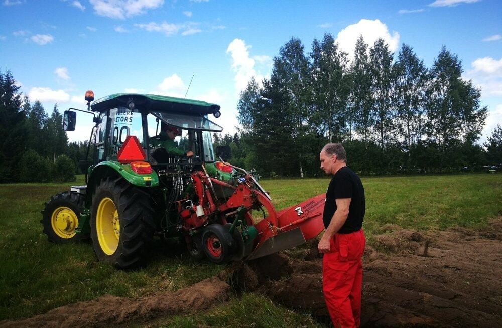 Traktoris noor künnivõistleja Andres Tamm, juhendab treener Raido Kunila.