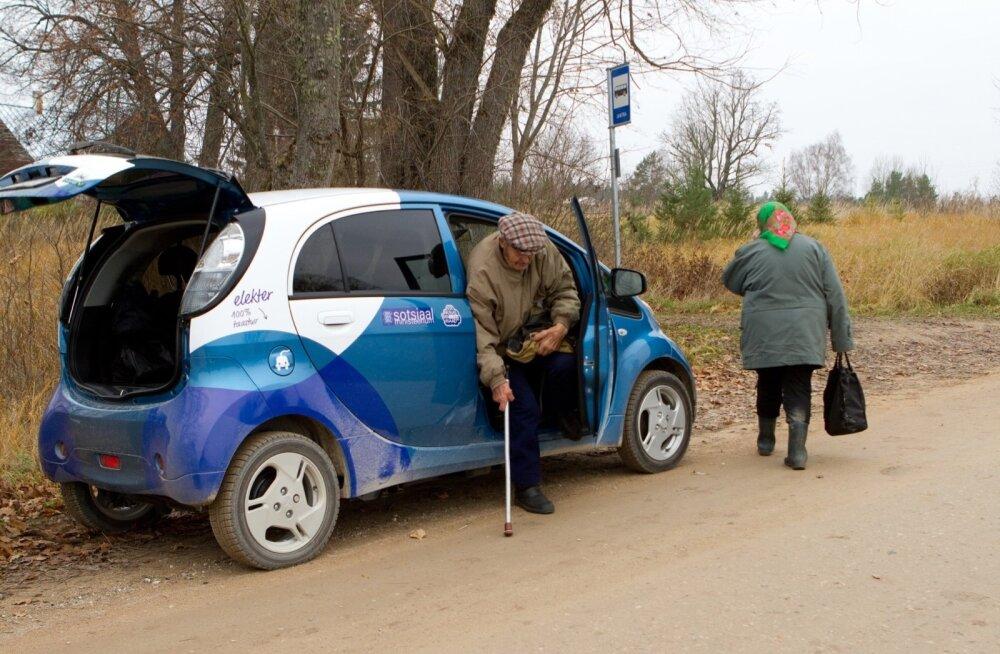 Siiani on sotsiaaltöötajad olnud just maapiirkondades poole kohaga autojuhid, vedades Mitsubishi väikeste elektriautodega abivajajaid nii arsti juurde kui ka poodi leiva järele.
