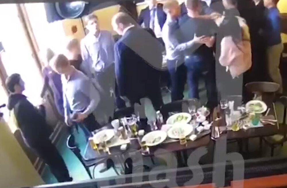 VIDEO | Endised Venemaa vutikoondislased ründasid Moskva kesklinnas ministeeriumi töötajat ja virutasid talle tooliga vastu pead