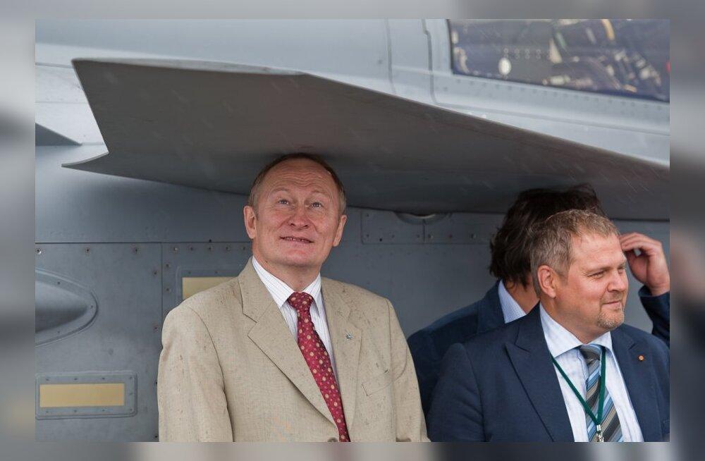 Jaak Aaviksoo ja Riho Terras NATO vihmavarju all