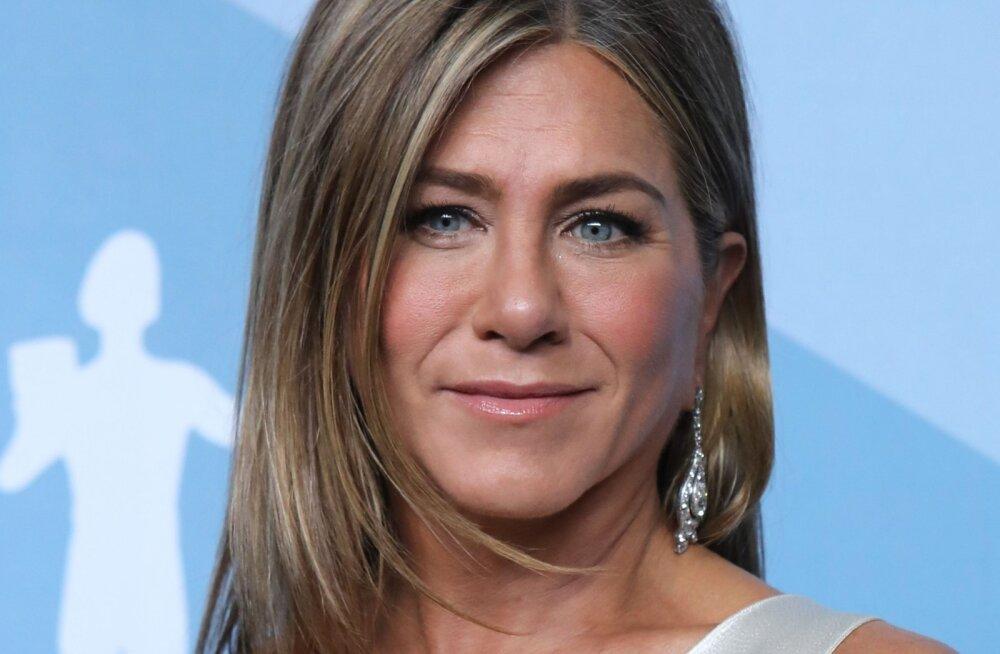 FOTOD | Julge valik! Jennifer Aniston unustas auhinnagalale minnes rinnahoidja koju