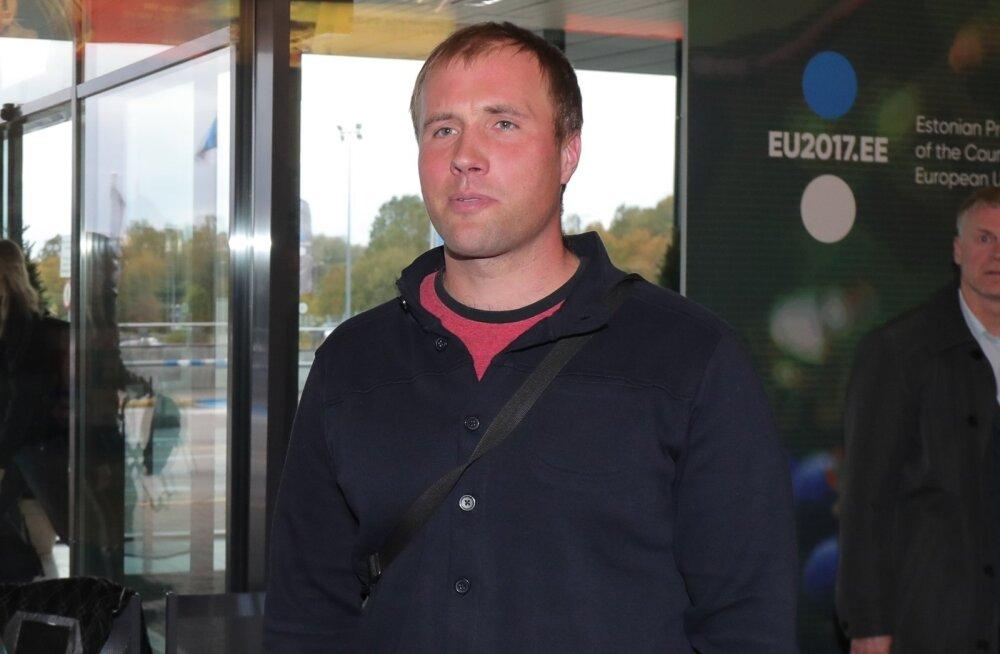 Andrei Jämsä lennujaamas pronksimehi tervitamas.