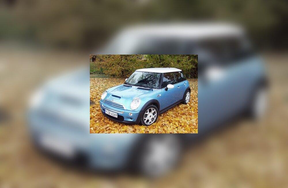 Mini Cooper S sügiseses looduses