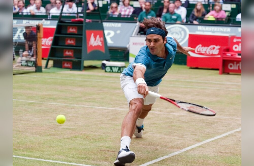 Switzerland's Roger Federer returns the ball to Australia's Lleyton Hewitt during the final match of the Gerry Weber Open in the western German city of Halle on June 13, 2010. Hewitt won the match 3-6, 7-6 (7/4), 6-4. AFP PHOTO / BERND THISSEN   GERMANY O