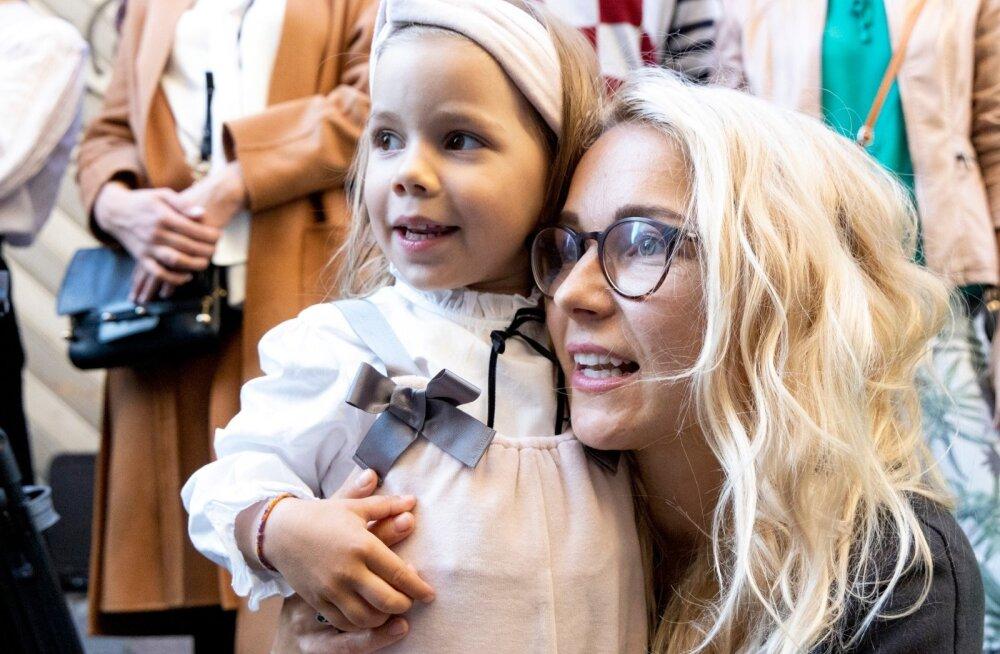 SAMETINE KALLI Lauljanna Lenna Kuurmaa tütar Matilda on fotomodellina esitlenud ema disainitud riideid. Lenna lõpetas sel suvel Räpina Aianduskoolis tekstiilikäsitöö eriala.