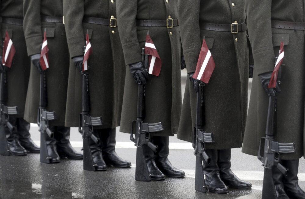 """От 900 евро """"на руки"""" и возможность декрета. В Латвии женщин призывают идти на службу в армию"""