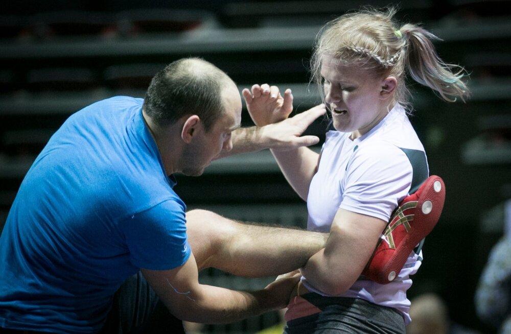Kui sparringupartnereid pole, tuuseldab Epp Mäe treener Ahto Raskat.