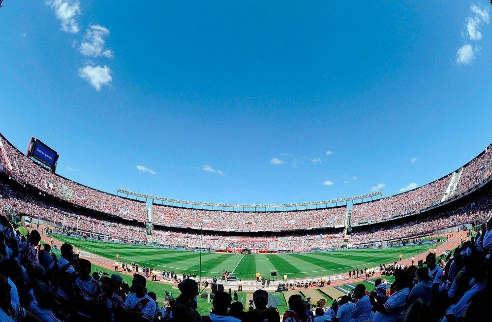 Üle 60 000 River Plate'i fänni ootas staadionil kahel päeval järjest jalgpallimängu, mida lõpuks ei toimunudki.