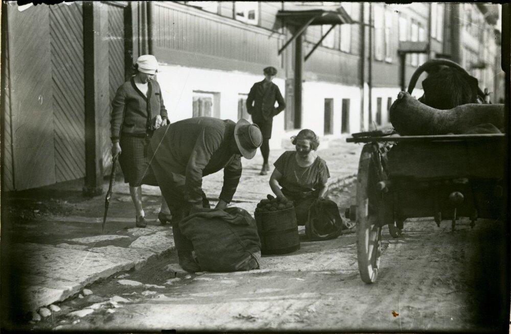 Kartulimüüja tänaval, Tallinnas, ca 1920-30. a.Kontaktkoopia.
