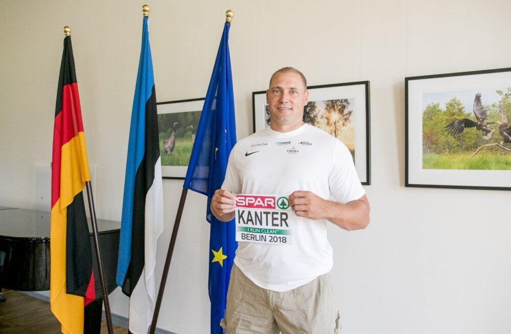 Gerd Kanter poseeris päev enne võistlust Berliini Eesti saatkonnas oma võistlusnumbriga. Viimast korda.