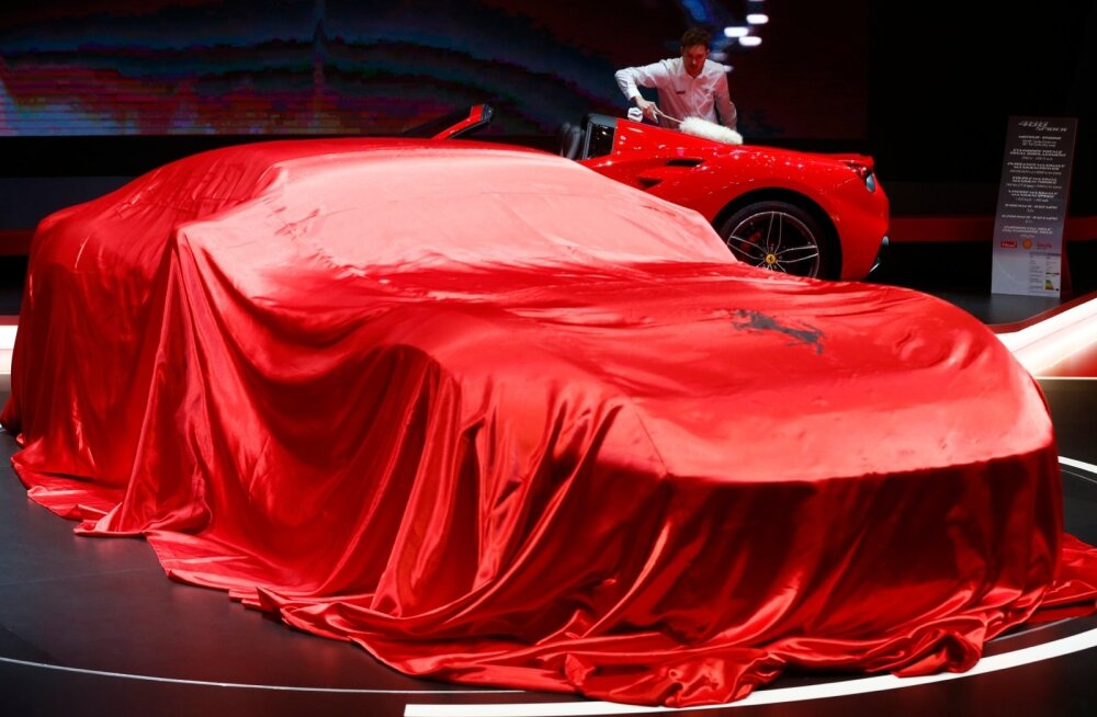 Üks Ferrari on peidus, teist nühitakse prillikiviks. Kaader eelmise aasta Genfi autonäituselt.