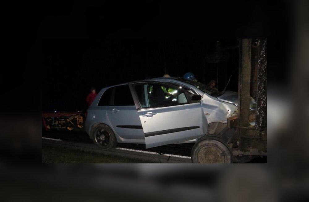 ФОТО: В Йыгевамаа на прямой дороге алководитель врезался в трактор