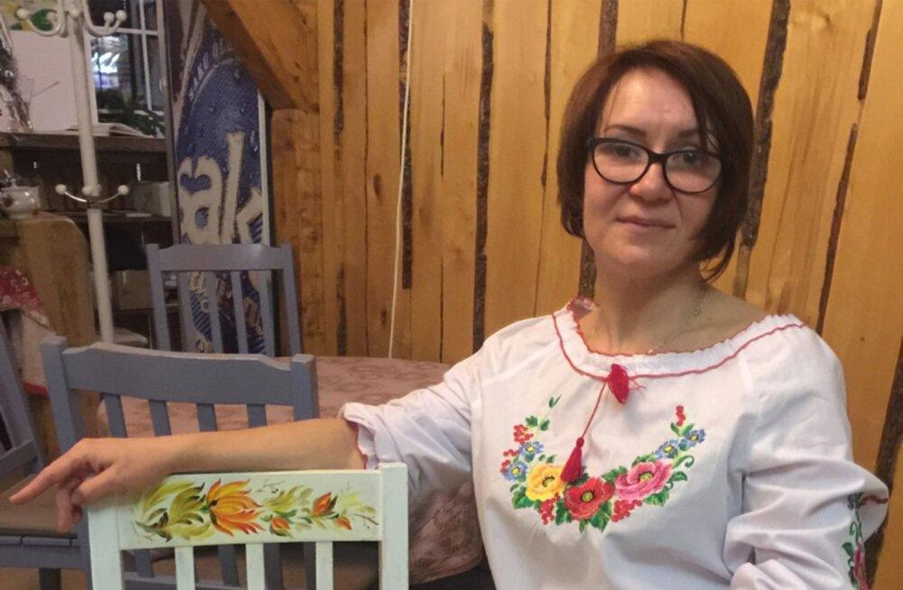 Antonina on kohvikus Ateljee paljudele toolidele kaunistused peale teinud.